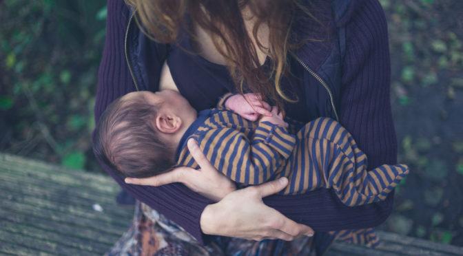 Les positions d'allaitement  : la madone inversée
